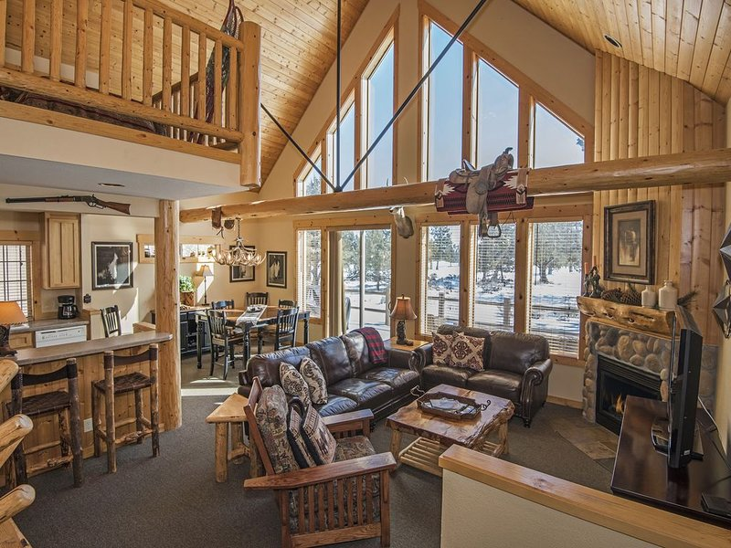 RUSTIC LUXURY CHALET GOLF COURSE VIEW...RELAX ON DECK & ENJOY HOT TUB, holiday rental in Crooked River Ranch