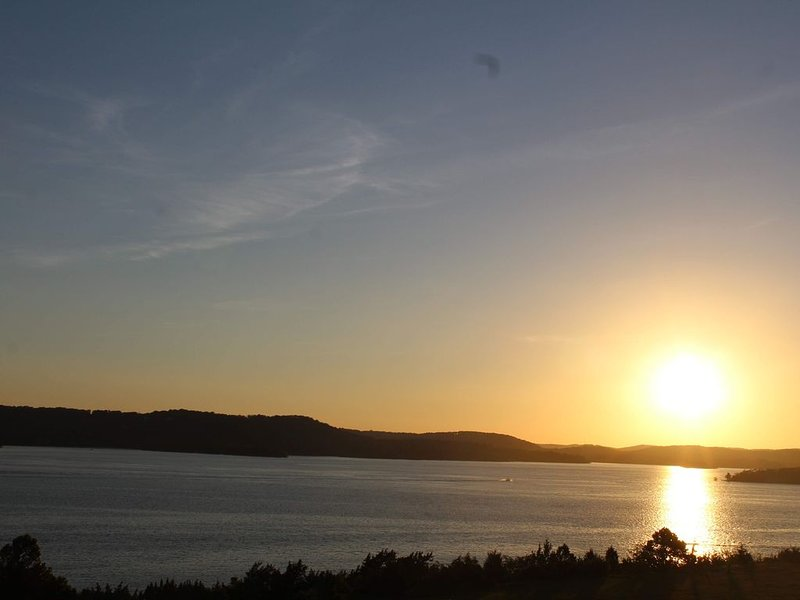 Fall Getaways!!  Beautiful 2BR/2BA Penthouse Condo Overlooking Table Rock Lake!, holiday rental in Hollister