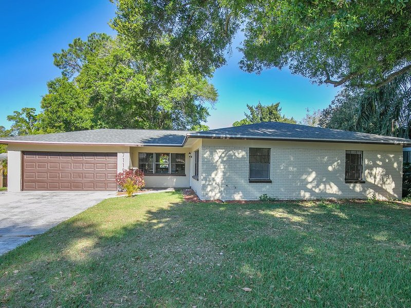 Conveniently Located Lakefront Home by Hard Rock Casino, holiday rental in Seffner