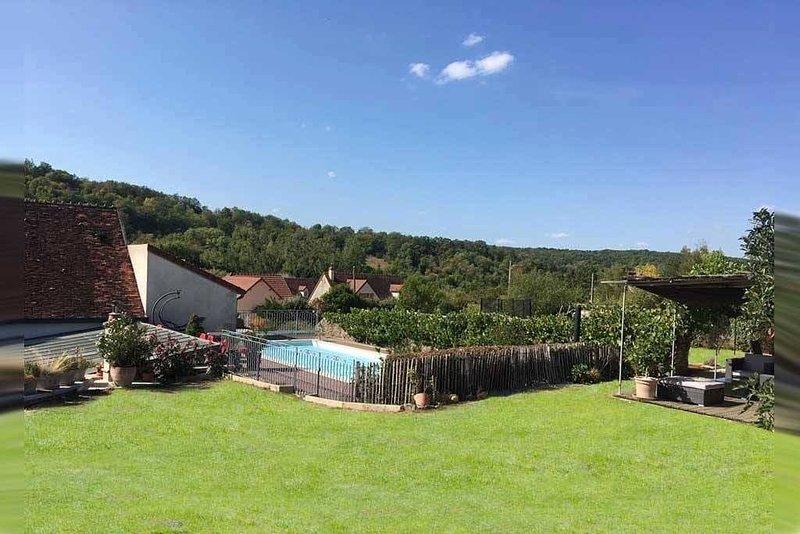 Maison au centre du village avec piscine chauffée et grande verrière, location de vacances à Varzy