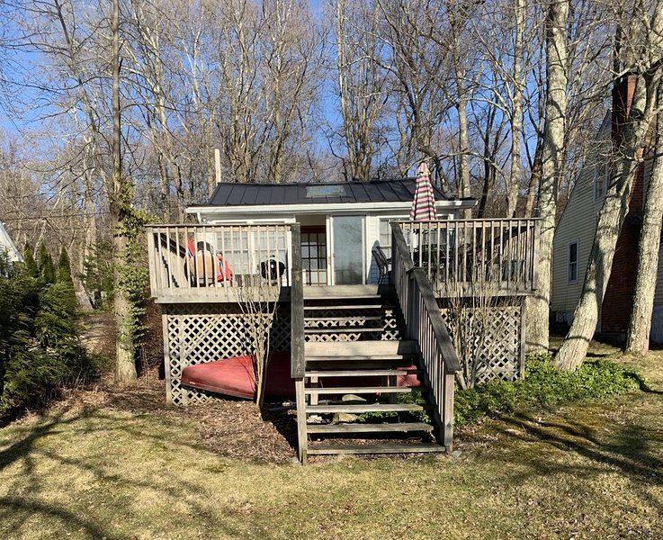 Quaint cottage located directly on Long Meadow Pond, holiday rental in Bethlehem
