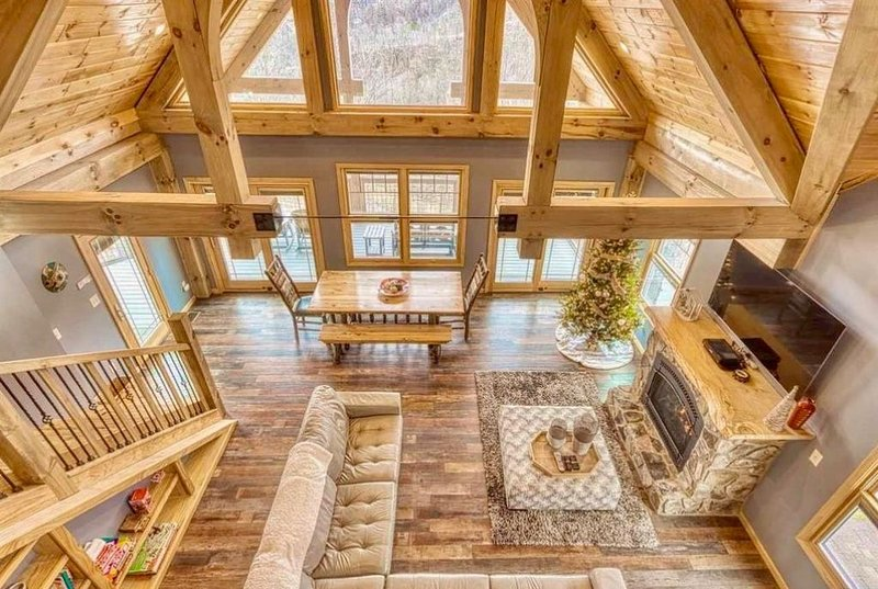 Luxury Timber Home, Breath Taking Views, Fireplace, Hot Tub, Pool Table, WiFi, vacation rental in Gatlinburg