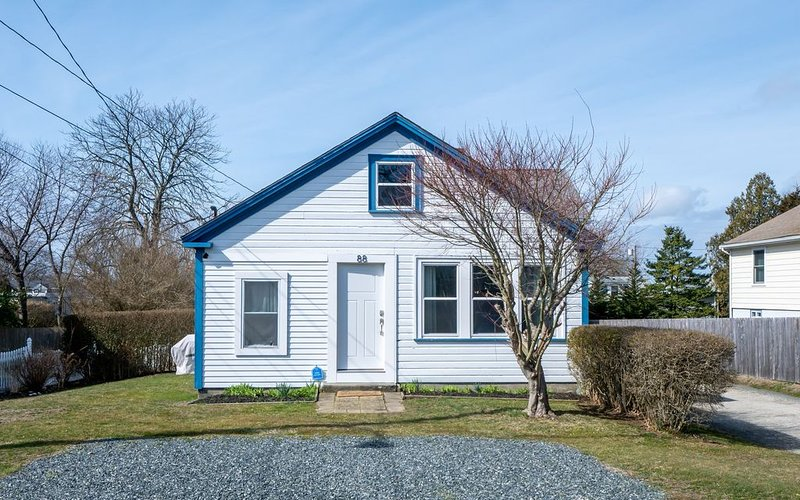 Charming Newport RI cottage near beaches! Less than 1 mile to first beach!!, holiday rental in Middletown