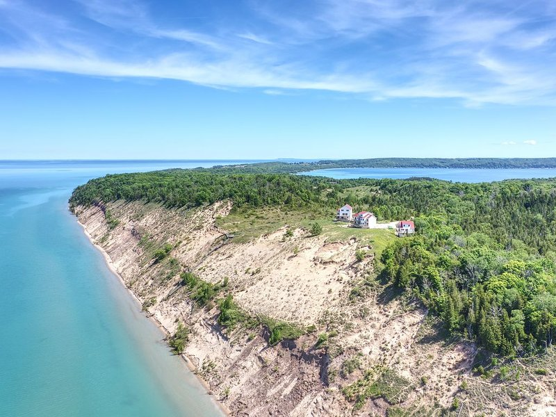 Spectacular Lake Michigan Views at Lake Bluff Preserve-Popular Sleeps 8, alquiler de vacaciones en Benzie County