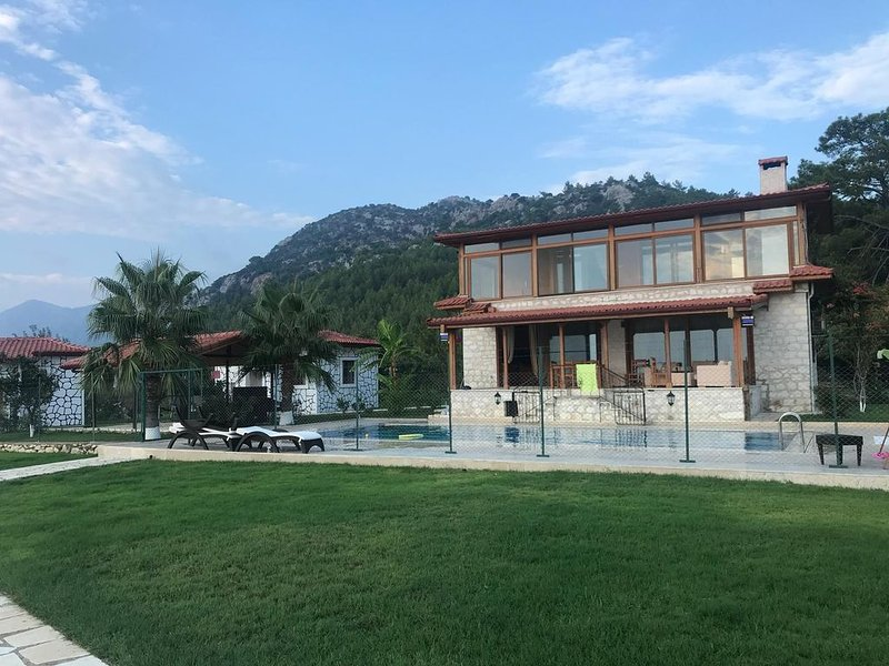 Private Gated Villa in the Forest with Amazing Sea Views, alquiler vacacional en Adrasan
