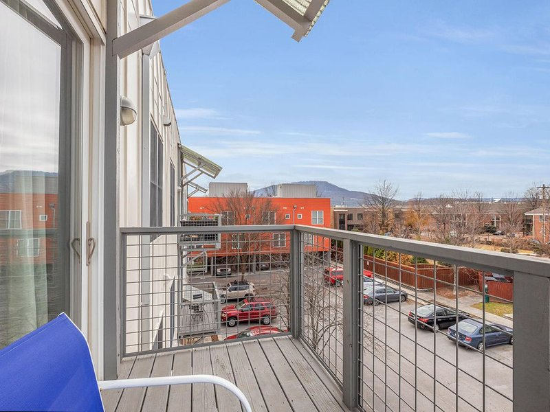 Contemporary Condo ❉ Prime Southside Location ❉, holiday rental in East Ridge