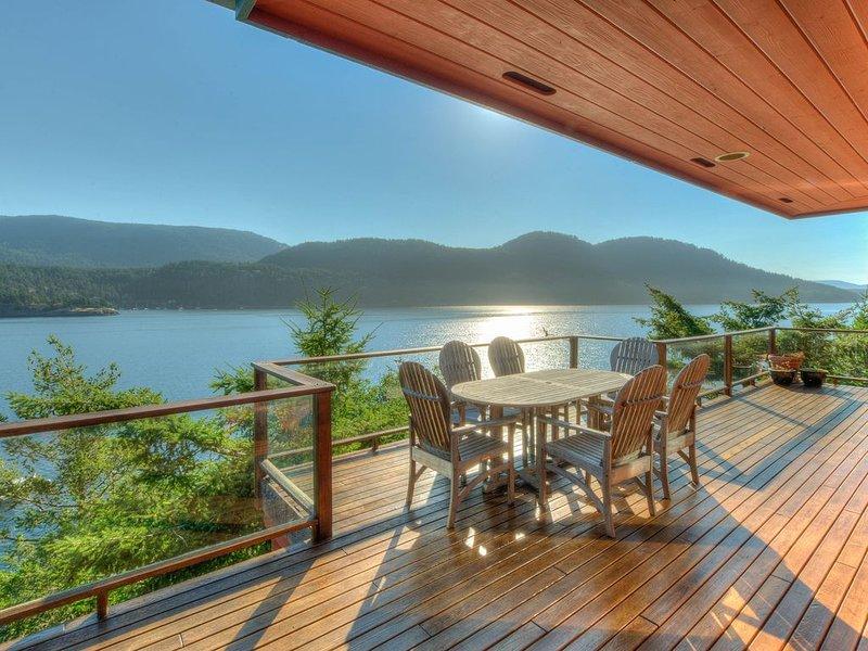 Waterfront! - Incredible views; Private rocky beach; Gourmet Kitchen; Spa/Sauna, vacation rental in Orcas