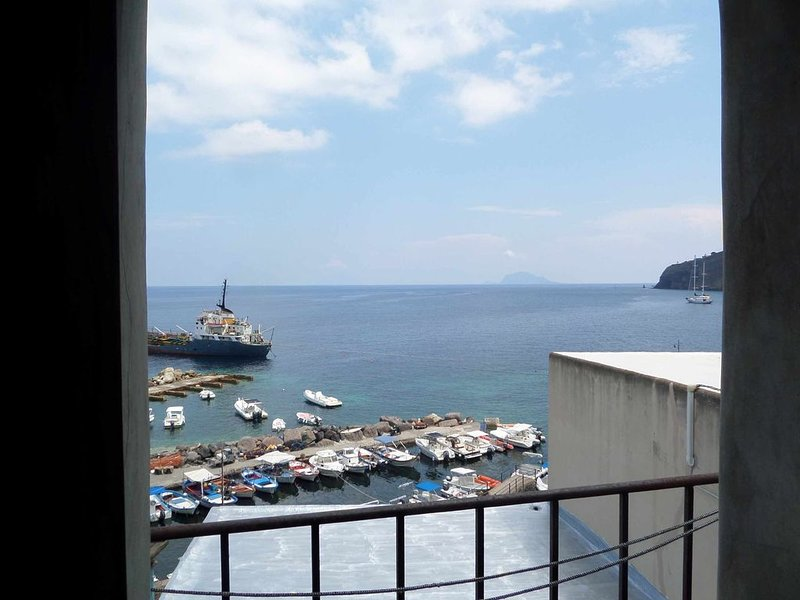 Casa Bianca - monolocale sul mare a Malfa, Salina - Isole Eolie, holiday rental in Malfa