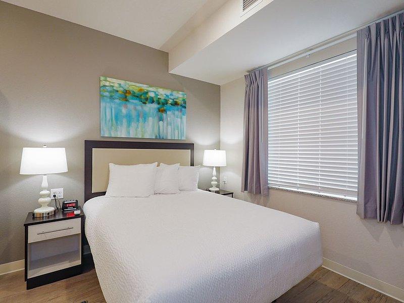 1 Bedroom Furnished Apartment at WaterWalk, aluguéis de temporada em Olathe