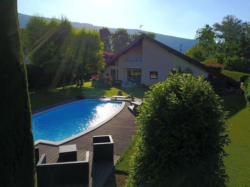 400 m du lac, villa d'architecte 300 m2. piscine  sur terrain de 2000 m2., holiday rental in Saint-Jorioz