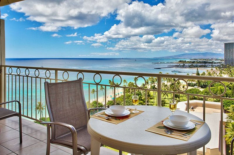 Beachfront Condo with Spectacular Ocean Views!, holiday rental in Honolulu