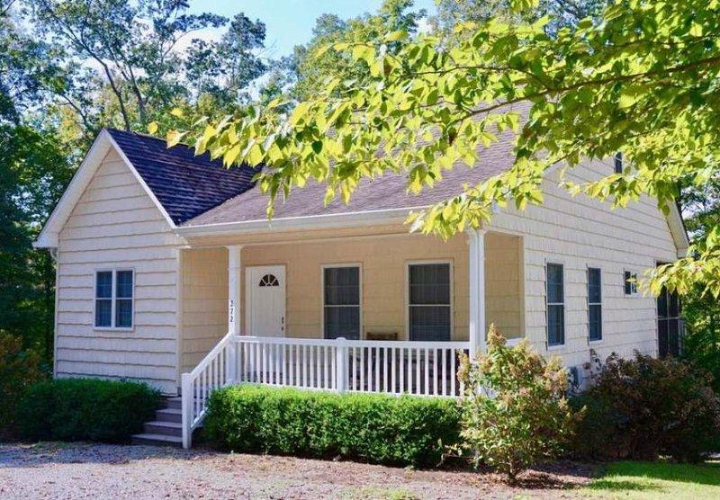 Large Lake House 5 min from Jamestown Marina Ping Pong/Foosball table, Sleeps 10, alquiler de vacaciones en Jamestown