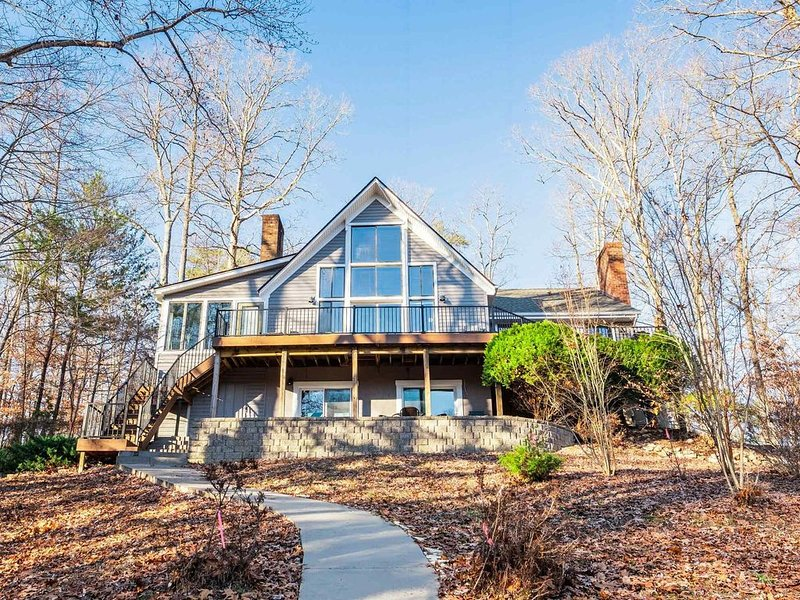 'LAKE Pleasant'  Lake Front, Private Dock, 4 Bedrooms, Outside decks and dining., holiday rental in Altavista