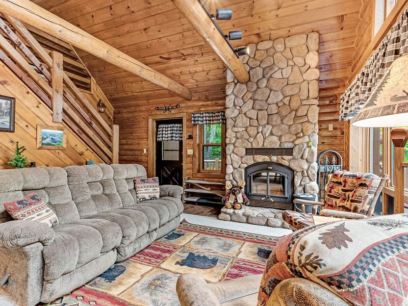 Spacious and beautiful lakefront log home on 7 acres with private dock!, location de vacances à Presque Isle