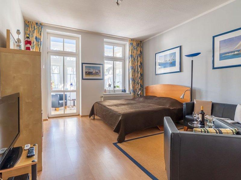 2-Raum Ferienwohnung mit Kamin, WLAN, PKW Stellplatz und Strandkorb am Strand, holiday rental in Ostseebad Binz
