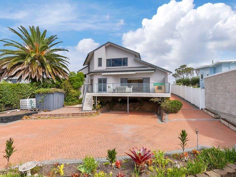 Matakatia Bay Views - Whangaparaoa Holiday Home, location de vacances à Torbay