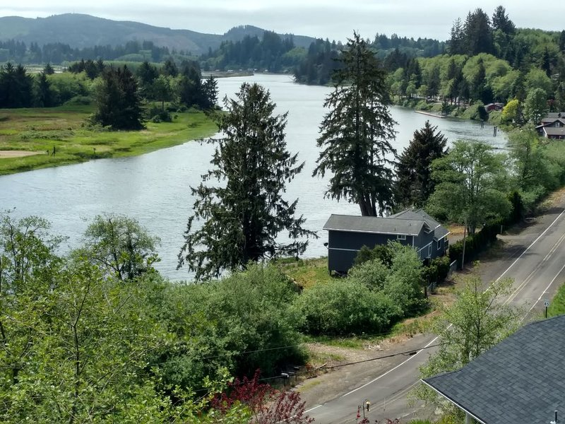 On the banks of the Nehalem River really close to beautiful Oregon Beaches, alquiler de vacaciones en Nehalem