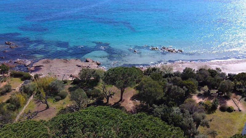 Villa d'architecte les pieds dans l'eau Pinarello proche Porto-vecchio, holiday rental in Pinarellu