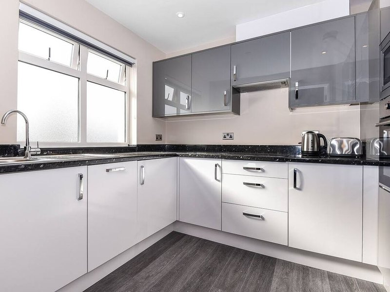 Magna House - Luxury Two Bedroom Apartment - Flat 4, vacation rental in Chertsey