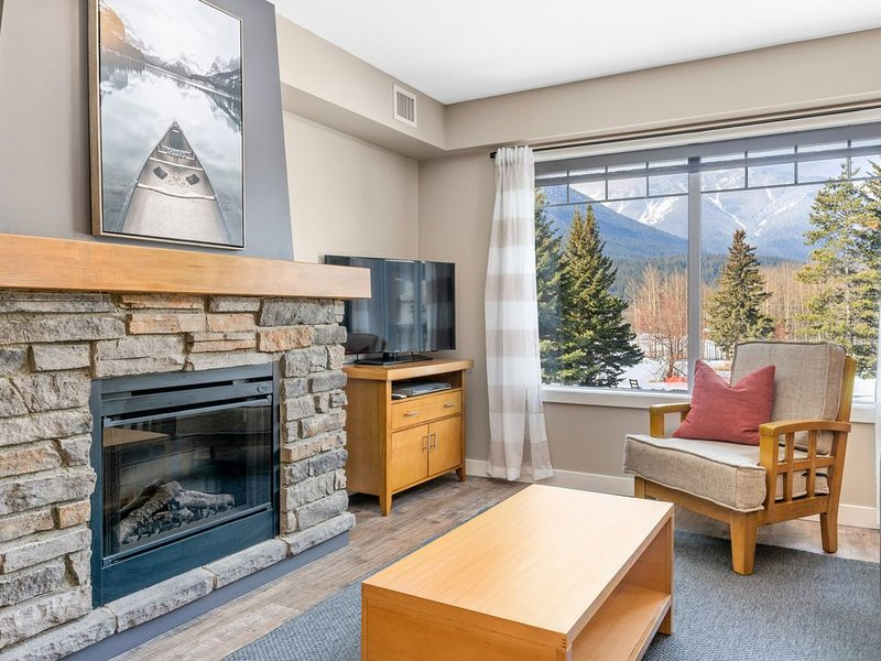 3 Bedroom Mountain Retreat New Reno Banff/Canmore Sleeps 8 Sanitizing Protocols, vacation rental in Seebe