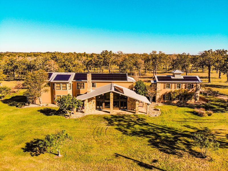 Clear Creek Ranch - The Hill Country Close to Houston, Austin, & College Station, holiday rental in New Ulm