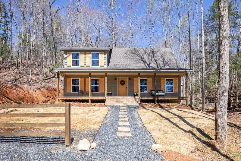 Stylish Cabin within a mile of Town Square, vacation rental in Dahlonega