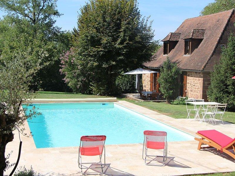 Belle maison périgourdine avec piscine chauffée privée et vue sur la campagne, casa vacanza a Hautefort