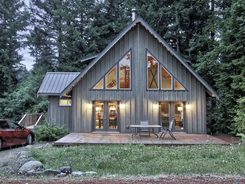 The Elk Run Lodge-close to town, hot tub, game table, Apple TV and fire pit., holiday rental in Packwood