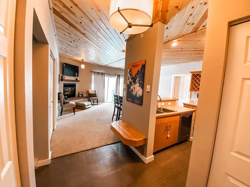 Affordable Luxury, year-round, Remodeled Condo Near Town Centre, vacation rental in Big Sky