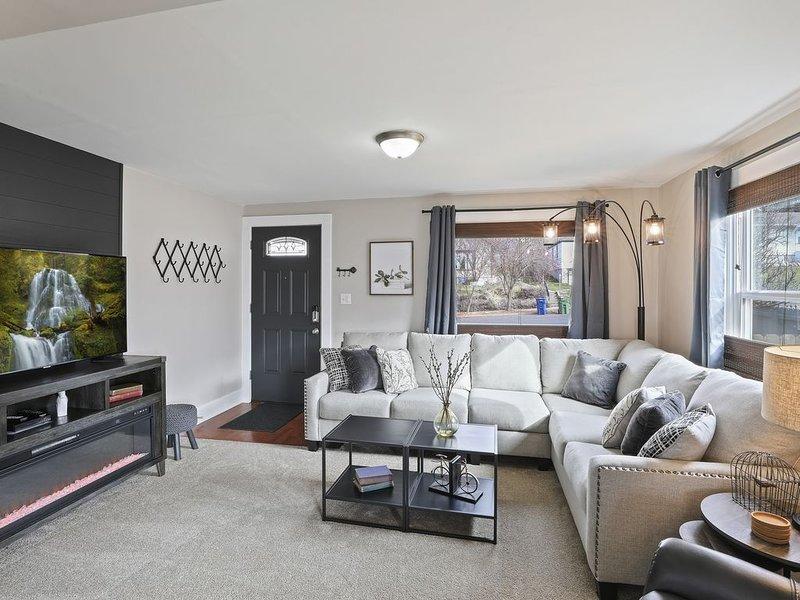 Spacious home featuring main floor KING bedroom near Audubon Park, casa vacanza a Mead