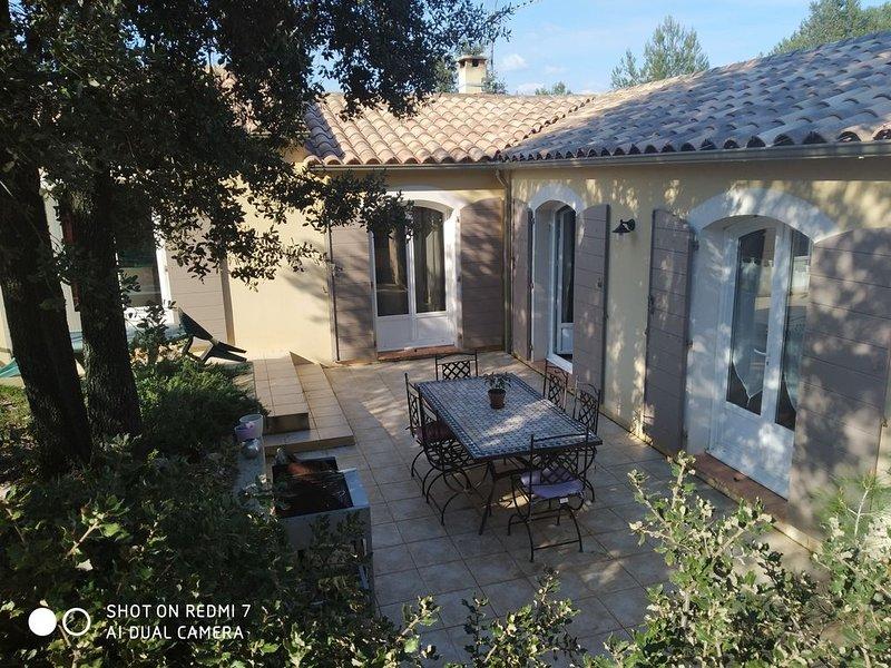 Villa de plain pied avec piscine dans village Gorges du Gardon  Pont du Gard, vacation rental in Collias