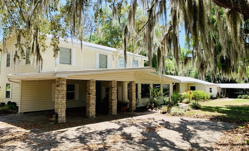 Waterfront Lg 4+/2+ St Johns River Canal Home w/ 150' Dockage, boathouse, lift, aluguéis de temporada em Welaka