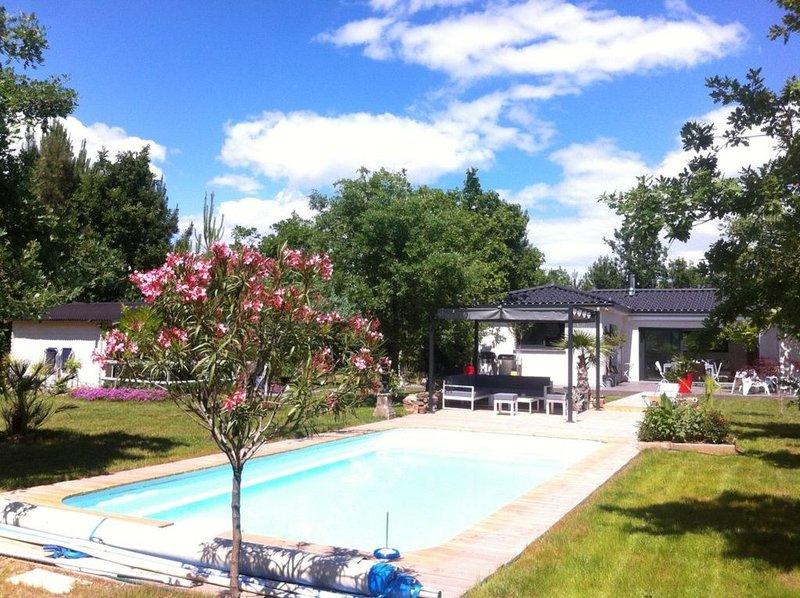 Villa moderne Sud Ardèche avec piscine (classée 4*), location de vacances à Joyeuse