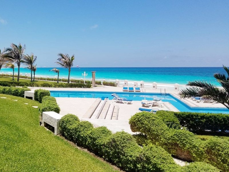 Beautiful Private Villa Ocean Front only steps from the pool and beach, holiday rental in Cancun