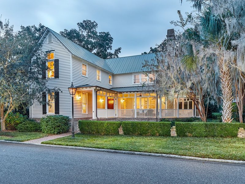 True 4 Bedroom Home with Large Common Area & Wrap Around Porch, holiday rental in Hardeeville