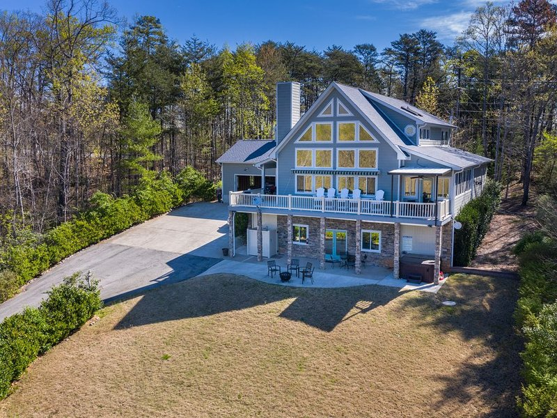 Luxury Home with Amazing Lake and Mountain View,  Lake Access, Arcade Game Room – semesterbostad i Lake Lure