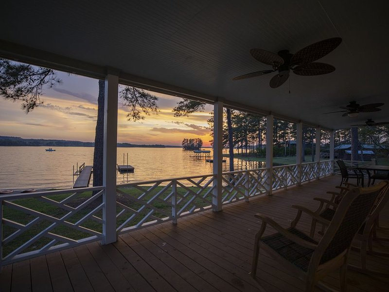 New! Lake Wateree Camden Cottage w/ New Dock & Boat Ramp - fully Renovated!, casa vacanza a Elgin