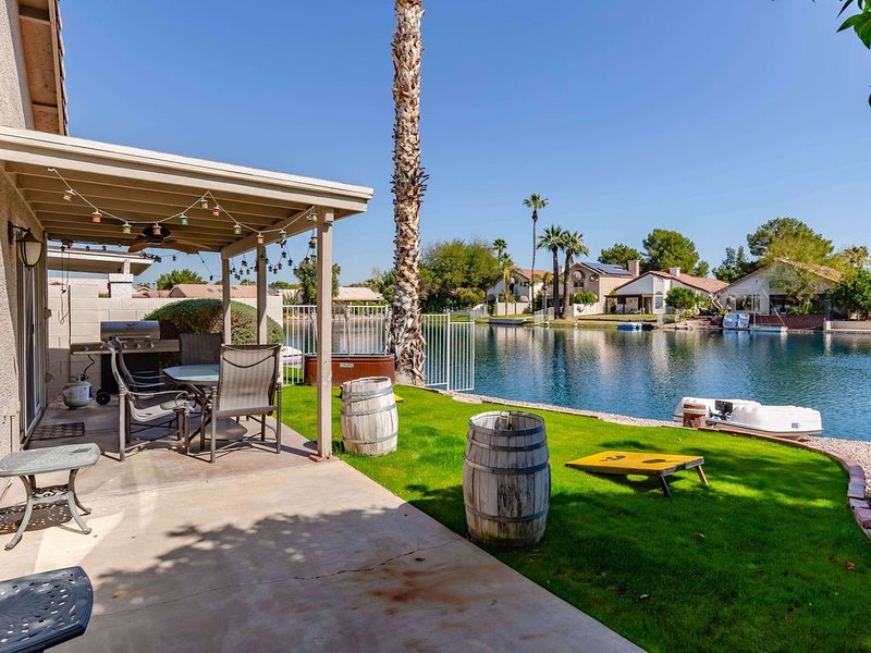 Lakefront Cottage in cozy DT Chandler, AZ - Monthly Rates Available!, alquiler de vacaciones en Chandler