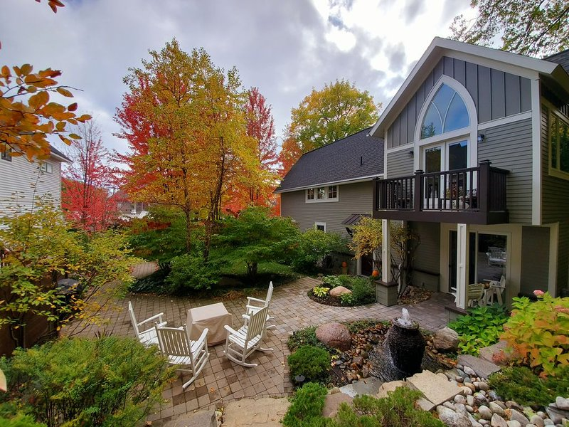 Cozy w/ HEATED GARAGE in the HEART of TOWN! Think SKI!, location de vacances à Harbor Springs