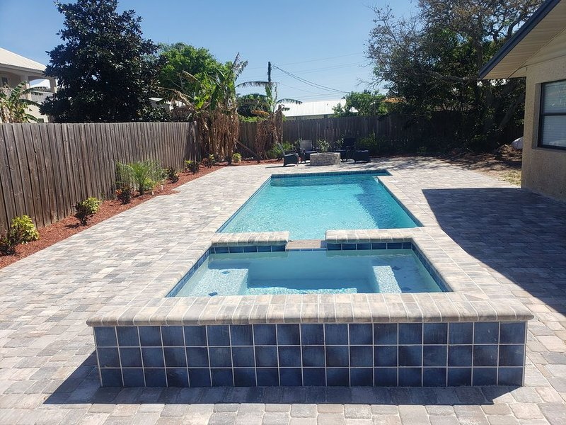 Island Time Beach Retreat -Large Private Pool with Heated Jacuzzi Spa!, location de vacances à Crescent Beach