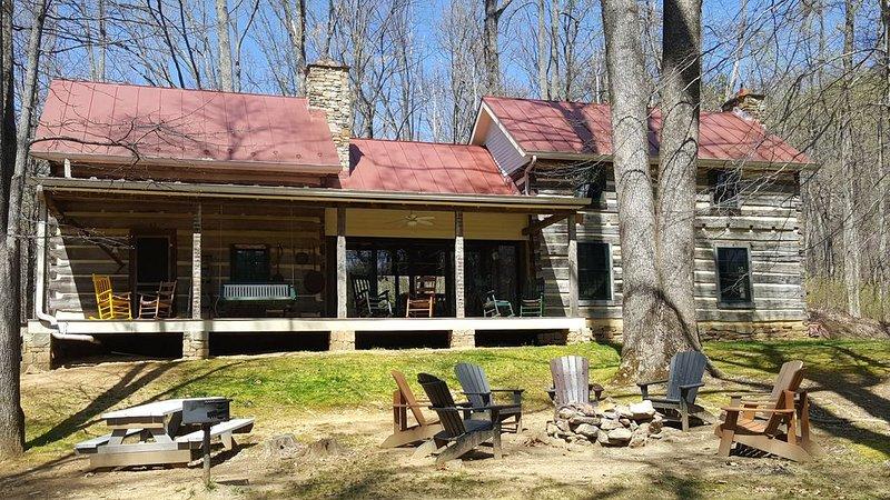 Restored Double Log Cabin on 400 Mountain Acres, Ferienwohnung in Crozet