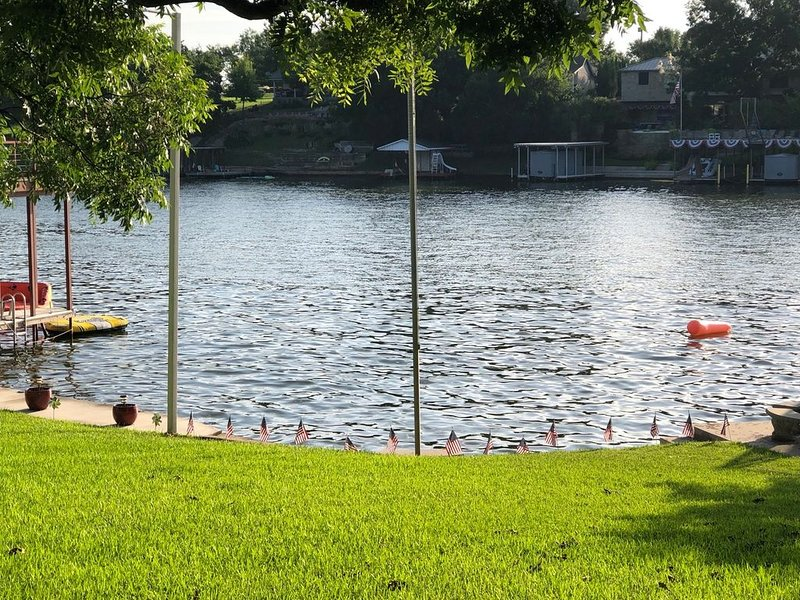 Gorgeous View, Shady Pecan trees, Swimming, and Boat viewing on Lake LBJ!!!, holiday rental in Kingsland