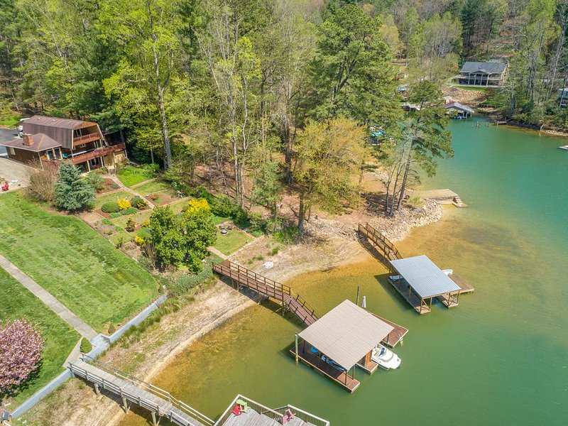 **BEAUTIFUL PRIVATE LAKEFRONT HOME**, holiday rental in Morganton