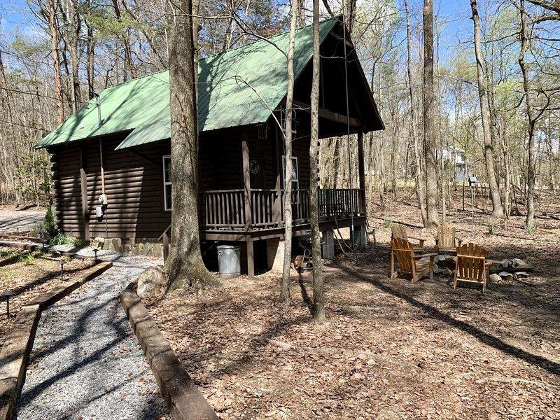 Newly remodeled log cabin near DeSoto State Park & Historic Downtown Mentone, location de vacances à Pisgah