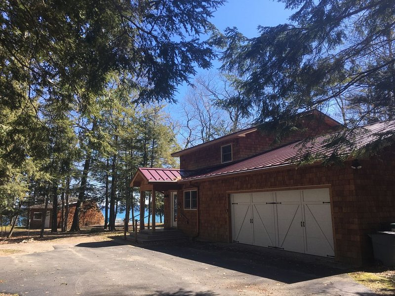 Family-Friendly Waterfront Retreat for Larger Groups, vakantiewoning in Leelanau County