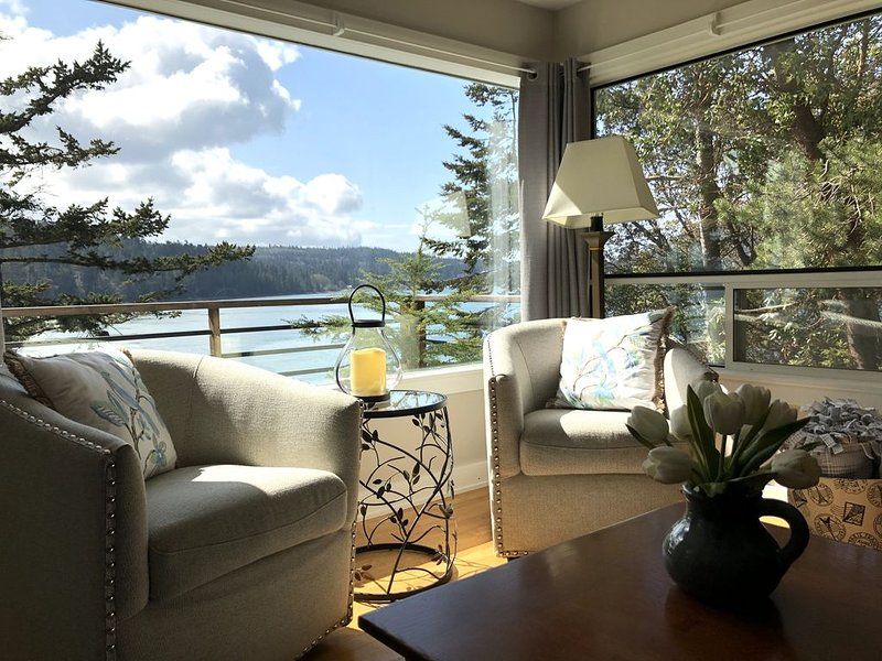 Cheerful, Cozy, Charming, Waterfront Cottage - A Perfect Place To Be!, vacation rental in Anacortes