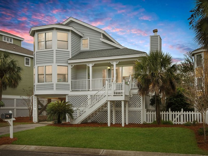 Awesome Wild Dunes Home -Just Steps to the Beach - Free WiFi, location de vacances à Isle of Palms