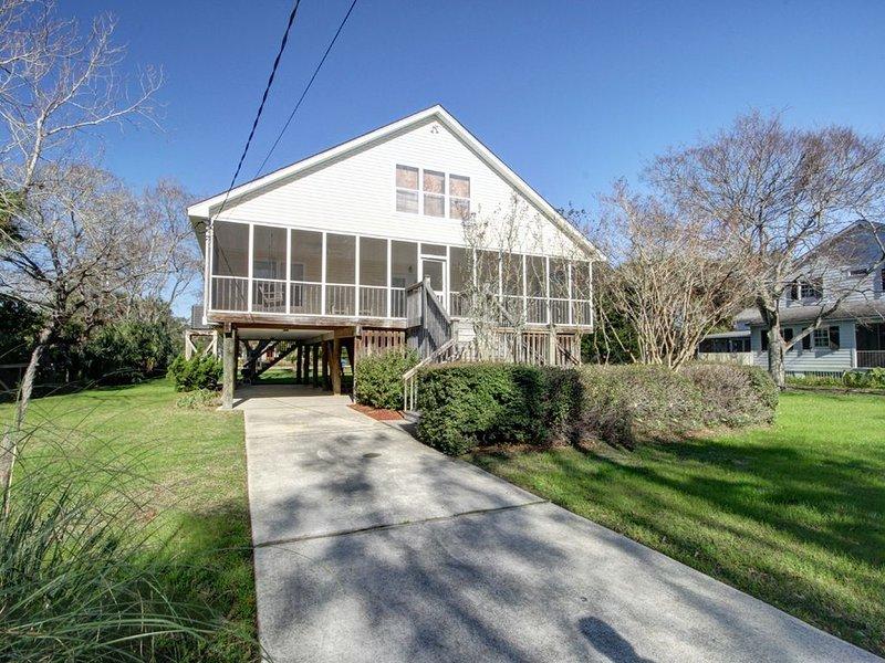 Classic Style Sullivan's Island Beach House - ONE BLOCK TO BEACH!, location de vacances à Sullivan's Island