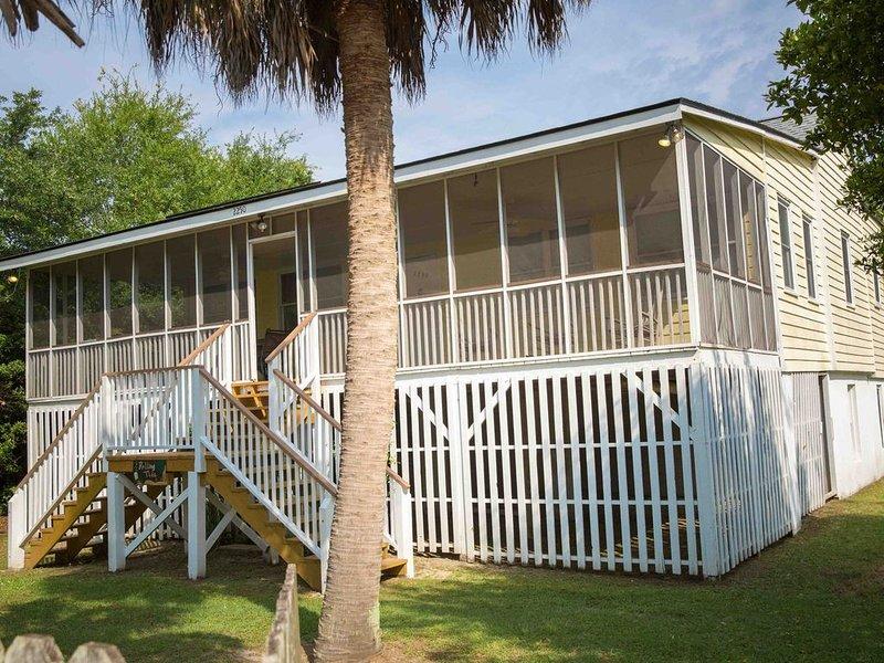 Classic Style Sullivan's Island house - Very Charming!, location de vacances à Sullivan's Island