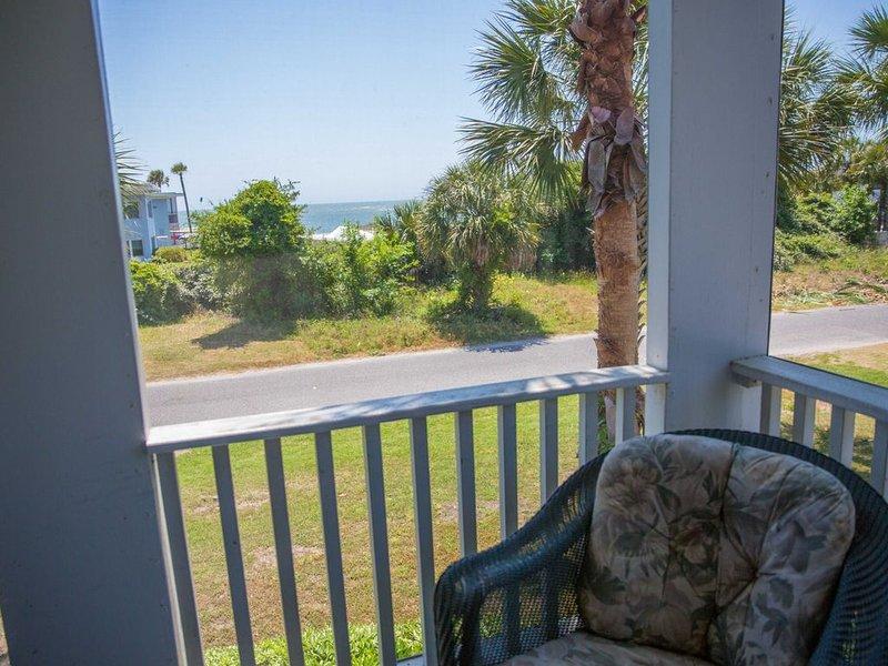 'Doc's Beach House' - 2021 RENOVATIONS! Just Across from the Ocean on Sullivan's, location de vacances à Sullivan's Island